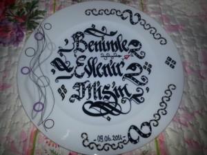 Tabak Üzerine Hat İsim Yazım, kaligrafik yazı ankara, kaligrafi sanatı, hediyelik tabak yazısı, hattat davetiye ankara, kaligrafi sanatı ile isim yazdırma